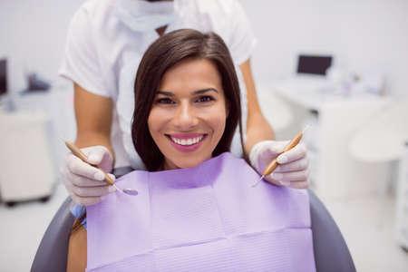 comunicacion oral: Retrato de mujer paciente sonriente en la clínica