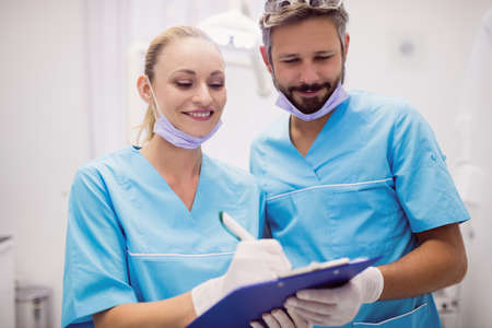 comunicacion oral: Dentists interacting with each other at dental clinic