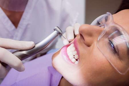 comunicacion oral: Dentist examining female patient in clinic
