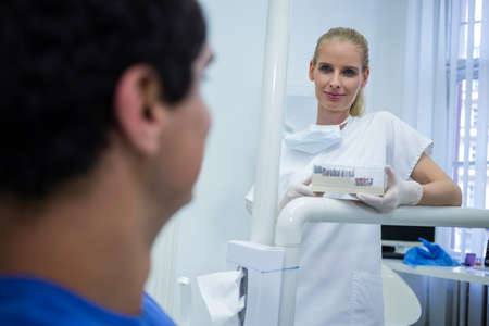 comunicacion oral: Female doctor standing and holding a box at clinic