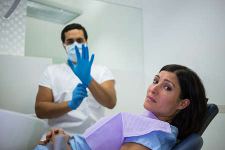 comunicacion oral: Portrait of a nervous woman in the dentist clinic