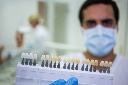 comunicacion oral: Dentista de la celebración tonos dientes en la clínica dental