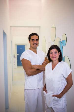 comunicacion oral: Retrato de hombre y mujer dentista que sonríe en la clínica dental