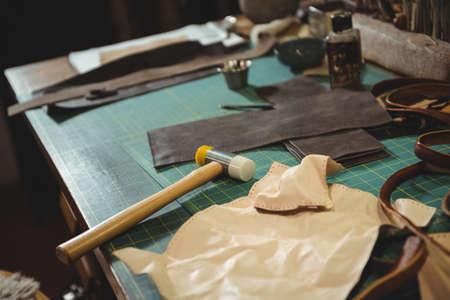 competencias laborales: Varios herramienta de trabajo en la mesa en el taller