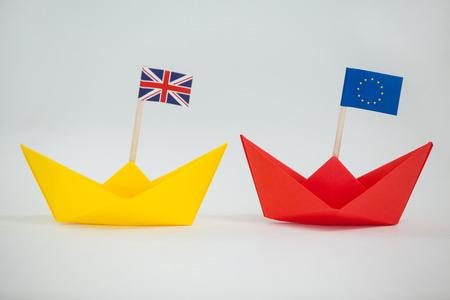 Primer Plano De Dos Barcos De Papel Con Union Jack Y Bandera De La ...