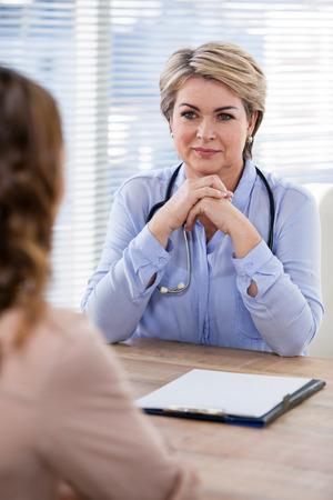 paciente en camilla: Paciente consultar a un médico en el hospital