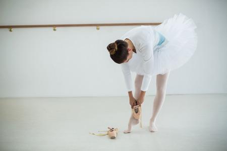 La bailarina que llevaba zapatillas de ballet en el estudio Foto de archivo