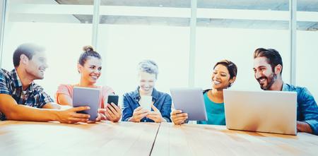사무실에서 노트북과 디지털 태블릿 젊은 창조적 인 사업 사람들