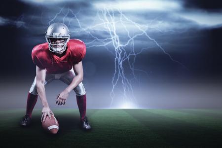 paraplegico: jugador de fútbol americano que sostiene el casco contra el cielo oscuro de tormenta con relámpagos con copia espacio 3d