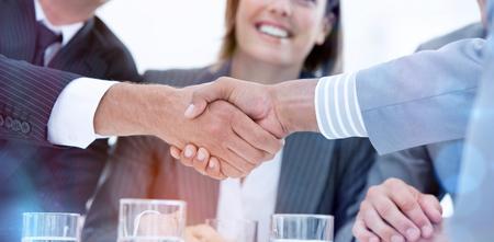 Sonriendo gente de negocios que cierran un reparto sobre un fondo blanco Foto de archivo