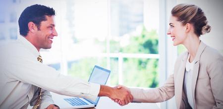 金髪の実業家のオフィスでインタビューを持つとインタビュアーと握手 写真素材 - 69609206
