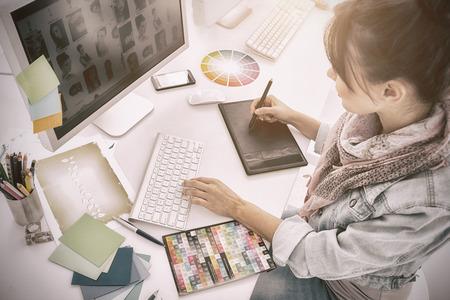 事務所でグラフィック タブレットで絵を描いて芸術家のハイアングル