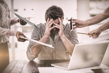Imprenditore stressato sul lavoro in ufficio casuale