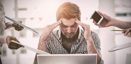 カジュアルなオフィスでの仕事でストレスがたまっての実業家