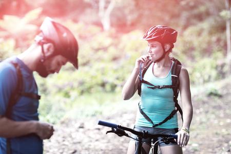 フォレストの水和のパックから女性のスポーツ飲料水
