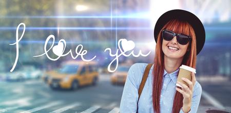 bebes lindos: Café de consumición sonriente de la mujer del inconformista contra la calle borrosa de Nueva York