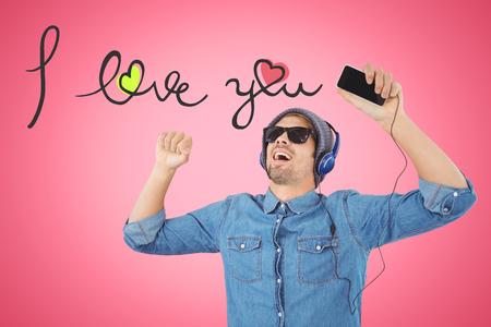 bebes lindos: Hipster llevaba gafas de sol disfrutando de la música contra el fondo de color rosa