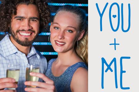 bebes lindos: Retrato de la pareja la copa de champán en la barra contra el fondo gris