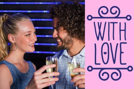 bebes lindos: Pareja tostado copa de champán en la barra contra el fondo de color rosa
