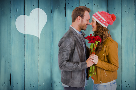 mujer con rosas: Young couple holding  flowers  against wooden planks