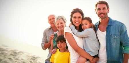 Portrait de famille heureuse debout à la plage Banque d'images - 71083560
