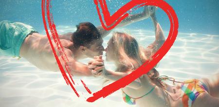 maillot de bain: Mignon sous-marine couple baiser dans la piscine contre l'impression Banque d'images