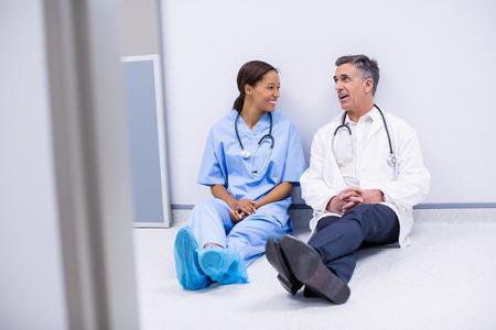 Doctors interacting with eachother in corridor of hospital