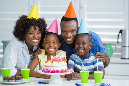 domicile: Portrait of happy family celebrating birthday party at home
