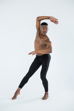 Ballerino la práctica de la danza del ballet en el estudio