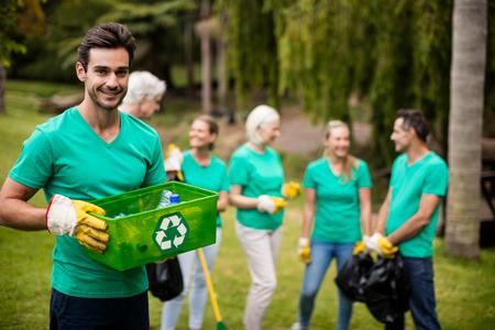 Portret van het lid dat van het recyclingsteam zich in park bevindt