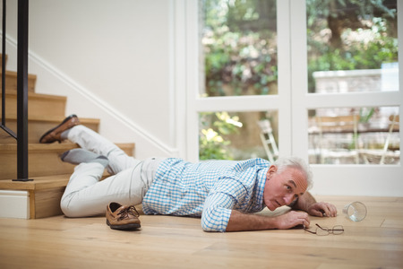 年配の男性、自宅の階段から落ちた