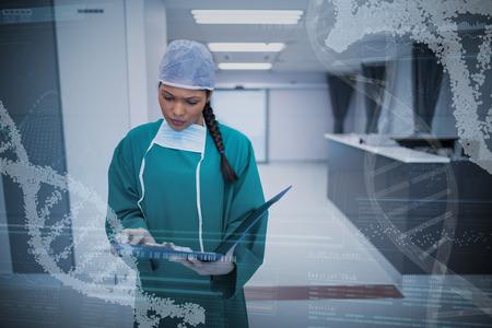 らせんパターンについては廊下でレポートをチェックする外科医に対してデバイス画面のパノラマ ビュー 写真素材