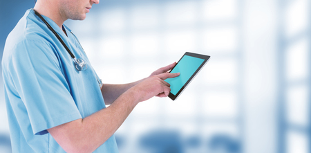 Cirujano con tableta digital futurista contra equipos dentales Foto de archivo