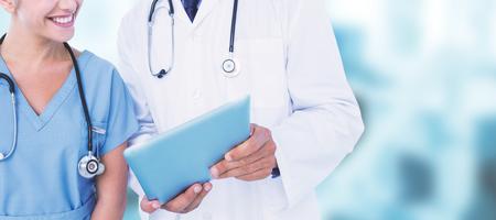 치과 장비에 대한 디지털 태블릿을 사용하여 간호사와 남성 의사 웃고