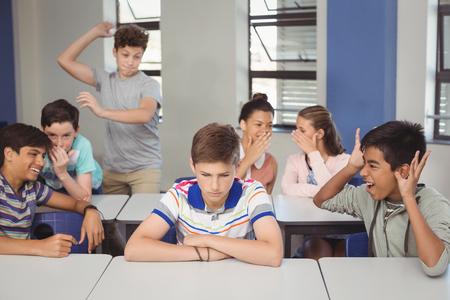 学校の友達が学校で教室に悲しい男の子をいじめ