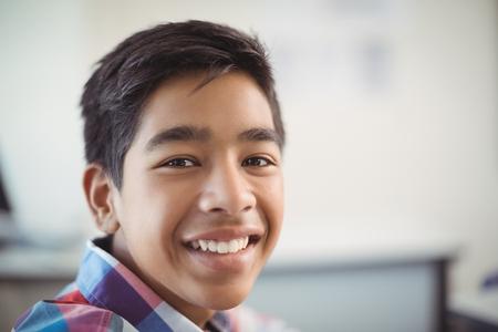 adolescencia: Retrato de colegial sonriente en la escuela Foto de archivo