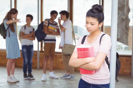 학교 복도에서 슬픈 소녀를 왕따하는 학교 친구