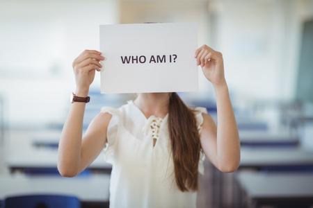 女子高生は学校で教室のホワイト ペーパーでは、テキストの記号を保持