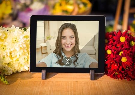 Llamada de vídeo entrante de mujeres en la tableta digital en casa Foto de archivo - 72749408