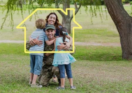 Digitale samenstelling van familie knuffelen elkaar in het park tegen huis overzicht in de achtergrond Stockfoto