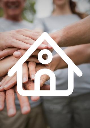 altruismo: Imagen compuesta digital de manos apiladas con el contorno de la casa