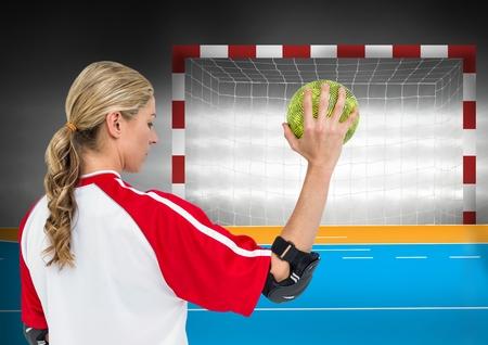 terrain de handball: Numérique image composite de l'athlète féminine jeter handball contre poteau de but en arrière-plan