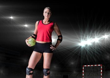terrain de handball: Portrait de joueur debout et handball tenue dans le stade