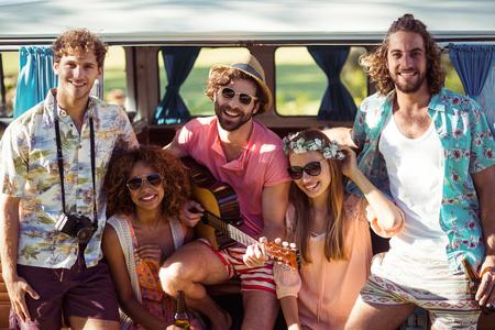 Des amis souriants s'amusent au festival de musique photo