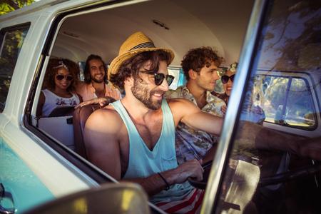 Des amis souriants voyageant en camping-car photo