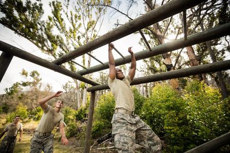 Klettergerüst Monkey Bar : Kletternde klettergerüst des soldaten im ausbildungslager