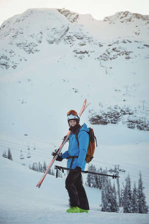 ski traces: Skier standing with ski on snow covered landscape LANG_EVOIMAGES