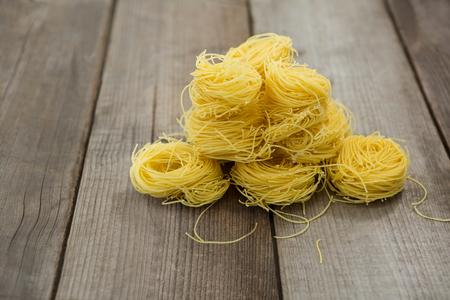 나무 표면에 capellini 파스타의 더미 스톡 콘텐츠