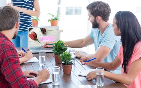 ログイン ページのクローズ アップとラップトップを使用してビジネス チーム 写真素材