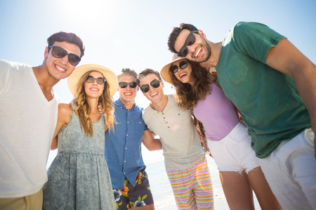 comunicacion oral: Cheerful young friends standing against sky during sunny day